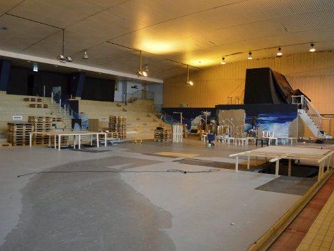 Sentralbadets gulvflate virker enorm, når det gjelder å bygge opp en hel pepperkakeby – men de rutinerte folkene i kulissene klarer det nok – også i år. Foto: TOM R. HJERTHOLM
