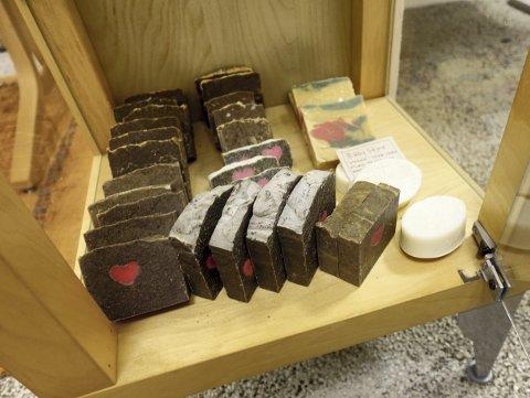 Nei, det er ikke kakestykker, men derimot såper av flere slag. Og disse spesielle produktene er alle å få kjøpt her i popup-butikken til Bymisjonen. Foto: TOM R. HJERTHOLM