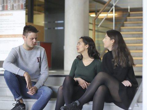 Studenter på medisinstudiet mener ordningen, der praksisen kommer tidlig, ikke fungerer. Fra venstre: Christopher Almo, Sofie Haugan Shrivastava og Selma Lejlic.