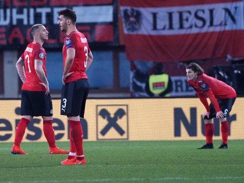 Marko Arnautovic, Aleksandar Dragovic og Marcel Sabitzerdepper etter 0-1-tapet mot Polen.  (AP Photo/Guenter Artinger)