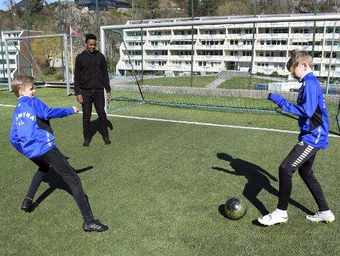 Jens Nyquist (12, f.v.), Ashraf Ahmed (13) og Oliver Mjaatvedt (13) mener at det er trygt og rolig i Loddefjord. – Vi spiller dataspill og fotball her, så det er få pøbler, smiler de.