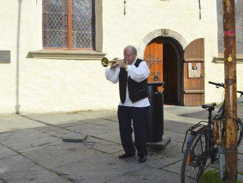 MINIKONSERT: Tore (77) tar frem trompeten og holder en liten konsert utenfor Korskirken. Det er blitt mange slike opp gjennom mange år som pensjonist. FOTO: TOM R. HJERTHOLM