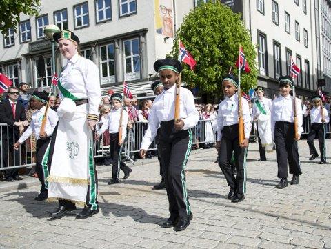 De stilige jentene og guttene i Løvstakkens Jægerkorps stiller på linje utenfor Sambrukshuset kl. 1500 søndag på kvinnedagen. Foto: ANDERS KJØLEN