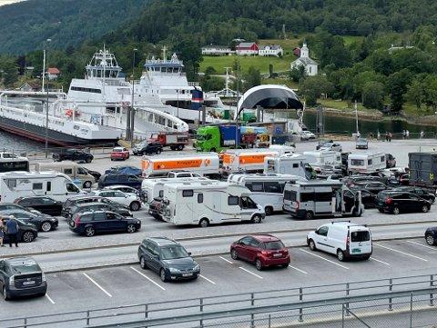 Det har hopet seg opp med biler på Lavik – Oppedal denne mandagen. Det er tekniske problemer på B-ruten. Her ser man kaien på Lavik-siden.