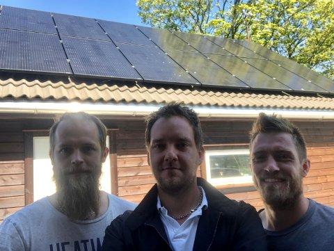 Montere solceller på tak: Trond Haugvaldstad, Håvard Hodnefjell og Kenneth Aske har startet opp bedriften Green Islands Installation AS på Mosterøy.