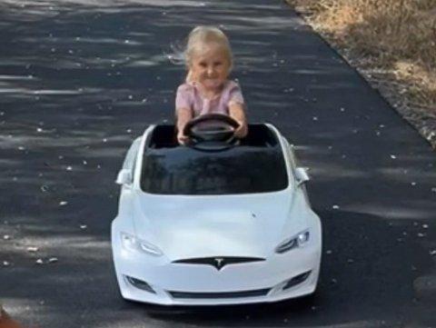 STJÅLET: Leikebilen til Millea (3) ble stjålet fra oppkjørselen hennes onsdag 1. september.