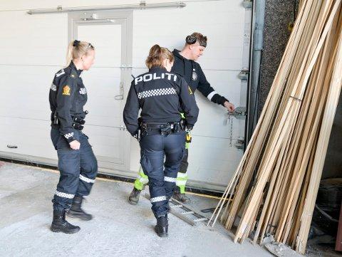 Tyvene kom seg inn i lokalene ved å bryte opp en port på baksiden av bygget.
