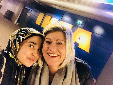 SUKSESSHISTORIE: – Det er få afghanske jenter som klarer å flykte. Det er nesten umulig for dem. Hun har bodd hos oss de to siste årene, og tilfører oss masse positivt, sier Gunhilde Brun Pedersen om sin vertsdatter, Sahar Yaqubi (17).