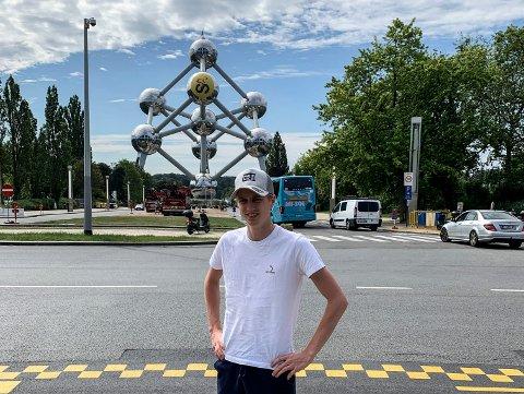 Markus Lærum i Safe Cycling foran Atomium i Brüssel, der Tour de France starter lørdag