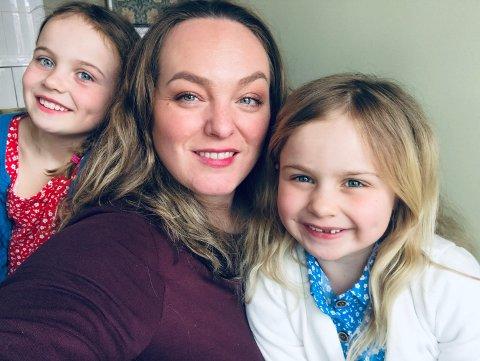 KREATIV FAMILIE: Abelone, mamma Susanne og Ovivia har brukt den siste tiden på å være kreative. De har lagt ut steiner med positive budskap rundt omkring i Drammen. Mange har nå kastet seg på.