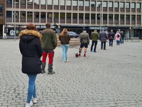 KØ: Slik var køen inn til polet på Strømsø 31. mars. Vinmonopolet frykter lange køer på dagene før 17. mai.