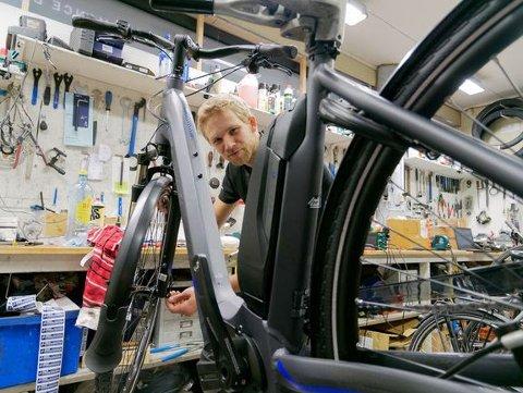 SLÅR ALARM: Sykkelsabotasje har blitt en farlig trend. Sykkelmekaniker Lars Håkon Slette har et par tips for å sjekke at sykkelen er i orden.
