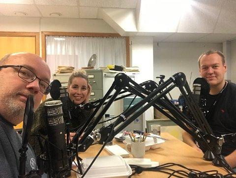 """I STUDIO: Arne Hjorth Johansen, Maren Avsnes Klakegg og Fredrik """"John"""" Helland i studio før denne vekas podcast"""