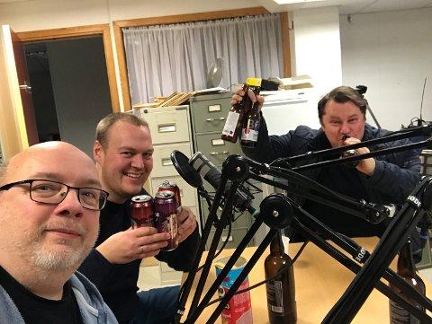 JULEØL: Tre glade juleølsmakarar etter å ha kåra Julefred til testens  vinnar.