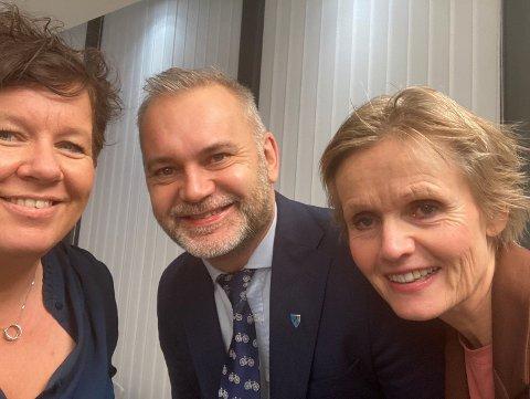 """STOLT TRIO: Musikkterapeut Jorunn Bakke Nydal, ordførar Ola Teigen og kommunalsjef for Helse og velferd Norunn Stavø var kledd i finstasen. Dette var rett før dei skulle motta """"leve heile livet""""-prisen frå helesministeren."""