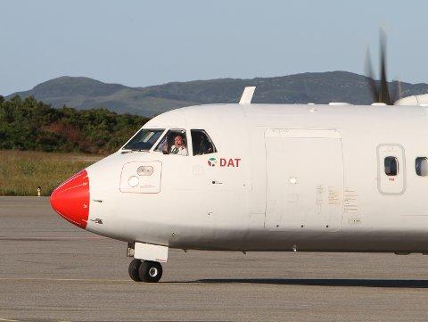 PILOT: Den litauiske flykapteinen som sat bak spakane på 07.15 flyet frå Florø torsdag 1. juli, vinkar her til bakkemannskapet.