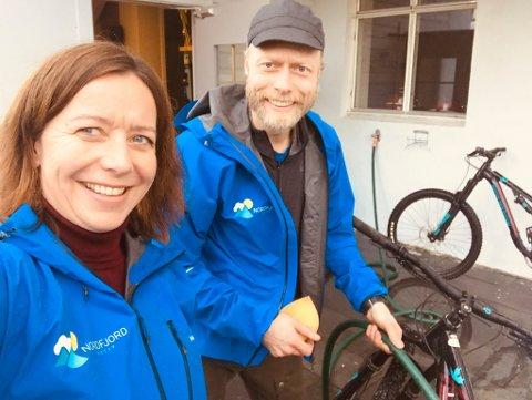 MEIR AKTIVITET: Dagleg leiar Olin Henden, her saman med Arild Reppen som jobbar med reparasjon og servie av utleigesyklane til Nordfjord Aktiv, håper  at dei skal få meir aktivitet i butikken med nysatsinga Nordfjord Aktiv.