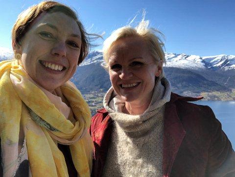 TIL SANDANE: Prosjektleiar for Sommeråpent, Anja Stabell (t.v.) og redaksjonsleiar Hanne Roaldsen på befaring hos Gloppen camping og fritidssenter.