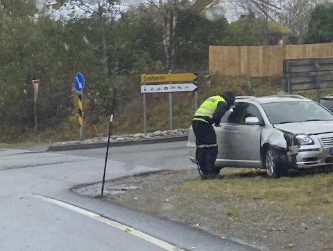 KRASJ: Sjåføren slapp unna med skader, men bilen fekk seg ein smell.