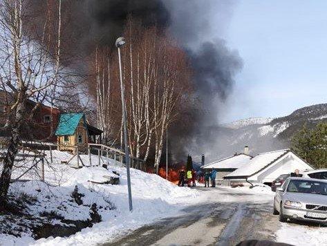 NÆR BARNEHAGEN: Furuli barnehage ligg på oppsida av vegen og svært nær garasjen som brann på Kaupanger.