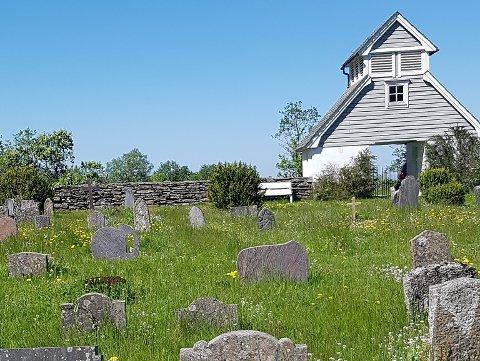 IKKJE SLÅTT: Graset på gravplassen i Gjelsvik dekkjer snart gravminna. Det har ikkje vore slått her til no i år. Askvoll kyrkjekontor lovar no at det skal ordnast i løpet av veka.