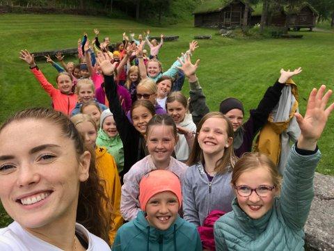 MEIR DANS: Iselin Kvernevik (27)  (framme t.v) og Solveig Marie Husevåg (26) er dansepedagogane bak Gloppen Danseveke. No får 50 ungar høve til å danse gratis.