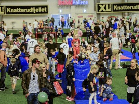 FULLPAKKET: Mange hadde møtt opp i Østfoldhallen lørdag.