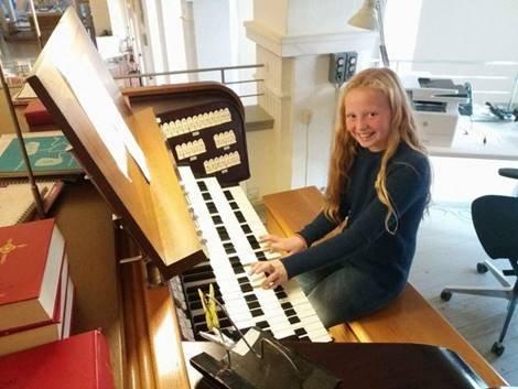 Ella Marie Simensen (11 år) er en av 7 orgelelever ved Egil Hovland-akademiet.