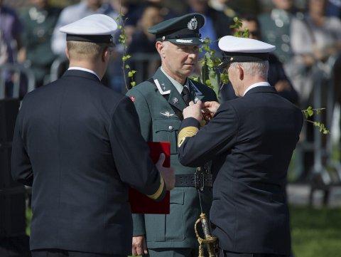 HØYTIDELIG: Oberstløytnant Jan Ivar Hoff mottok Forsvarets medalje for edel dåd av forsvarssjef Haakon Bruun-Hanssen under Frigjørings- og Veterandagen 2018.