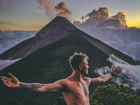 SPENNEDE: - Her er jeg på Acatenango, en vulkan i Guatemala. Herfra kan man se nabovulkanen Fuego sprute lava. Uten tvil høydepunktet fra reisen så langt.