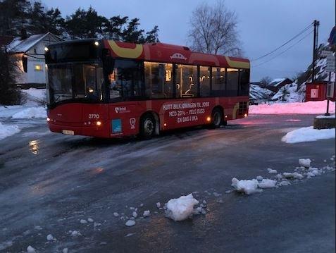 Bussen ble stående i Papperhavn på grunn av glatte veier tirsdag morgen.