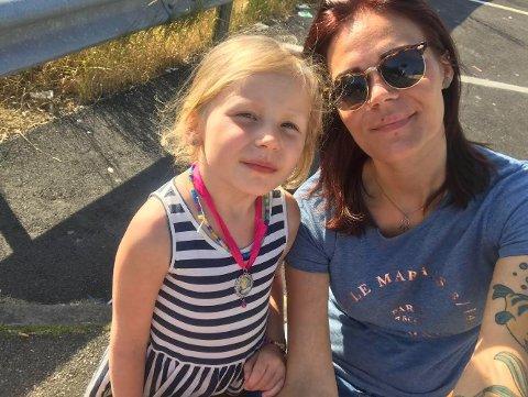 Ida Michelle Ingvaldsen og datteren Emma (7) var på telttur i Flåtaviken da Emma kom i kontakt med den giftige planten Kjempebjørnekjeks. (Privat foto)