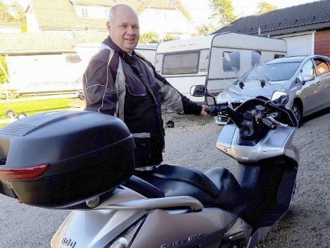 60-årsjubilant Arild Tollefsen ved sin maxiscooter på 600 kubikk; en ganske ny hobby for ham. FOTO: GLØV
