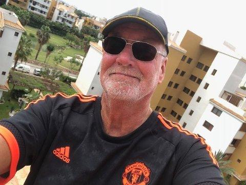 KLIMAFLYTNING: Knut Johannesen fra Østsiden omtaler seg selv som klimaflytning i Spania. Her er han på terrassen i leiligheten i Punta Prima.
