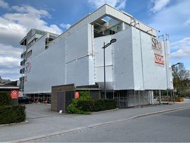 INNPAKKET: Boligblokken i sameiet Gamle Beddingens vei 27 er pakket inn i plast og klargjort for nødvendig vedlikeholdsarbeider.
