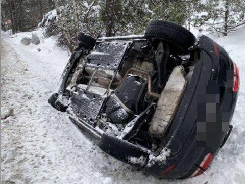 En bil havnet ufor veien på Hvaler og vippet rundt. Ingen personer kom til skade, ifølge folk på stedet.
