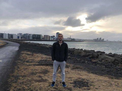 Jørgen Pettersen har allerede rukket å finne seg til rette på Island. I bakgrunn skimtes Reykjavik.