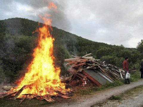 FORBUDT:  Det er kun lov å brenne rene materialer  det vil si trevirke som ikke er behandlet. Trevirke med maling, beising, impregenering og så videre må fraktes til offentlig godkjent søppelmottak, fortsetter Marianne Dobak Kvensjø i Narvik kommune. Arkivbilde