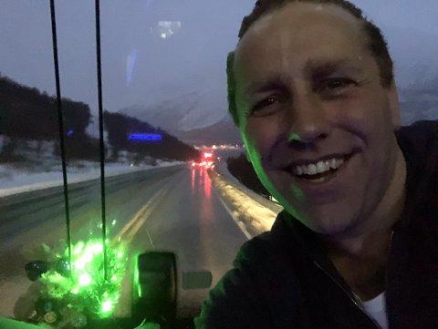 LAR SEG IKKE STOPPE: Trosmø-musiker Jardar Johansen forteller at han og besetningen er på tur mot Narvik.
