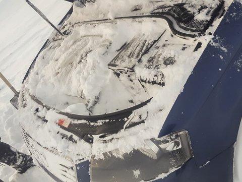 Dette synet møtte Linda og samboeren da de åpnet panseret på bilen etter uværet på Bjørnfjell.