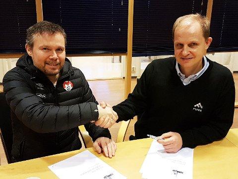 GLAD FOR AVTALE: Mjølner-leder Tage Karlsen og Funn-direktør Lars Ivar Simonsen har signert 3- årsavtale om Funn Cup, en av landsdelens største turneringer. (Foto: Funn AS)