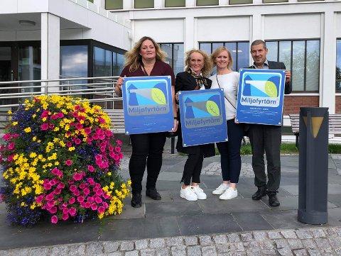 Representanter for de tre bedriftene utenfor Rådhuset med diplomer som håndfast bevis på Miljøfyrtårn-sertifiseringen. Fra venstre: Ann-Hege Lund (Futurum AS), Sølvi Anita Olsen Øgsnes og Hilde Kvanmo (begge fra Breidablikk Gjestehus AS) og Jon Framnes (Museum Nord i Narvik).