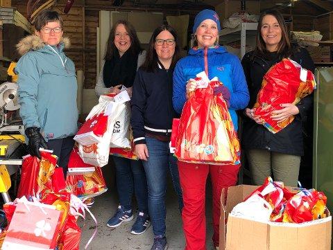 Fra garasjen sin har leder i Narvik Unge Sanitet, Julie Lind-Jæger (nest til høyre), delt ut aktivitetspakker til barn og unge. Her står hun  sammen med representanter fra Krisesenteret og  Integreringsenheten i Narvik kommune. – Alle var veldig glade for å få kunne delt dette ut, de ser behovet er stort og mange trenger en liten oppmuntring nå og å bli sett/husket på, forteller Lind-Jæger.