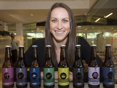 UTBUD: Daglig leder Elisabeth Kjær og Horten Mikrobryggeri har flasketappet åtte ølsorter og -smaker til sitt 1-årsjubileumssalg.