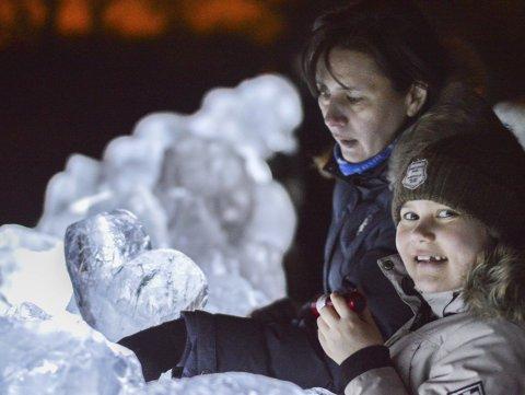 ISMUR: Elmira Yamansarova og Sofie Karlsen studerer de forskjellige skulpturene som utgjør en lang ismur.
