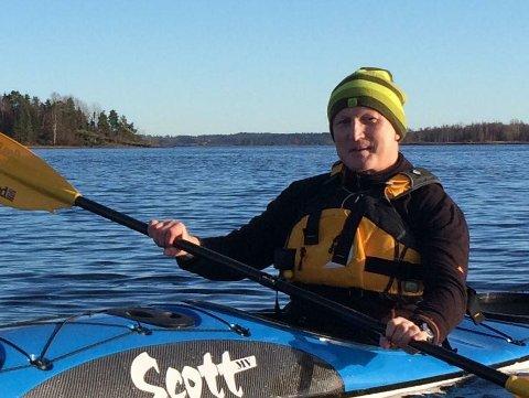 ERFAREN: Tor Arne Wanebo padler hele året. Nå har han funnet en måte å komme seg utpå, selv om Indre havn ligger islagt. (Foto: Privat)