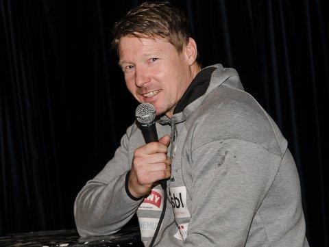 KOM I HALLEN: Johnny Jensen frir til hortensfolket, og ber om at de kommer seg til Holtanhallen for å støtte Falk søndag.
