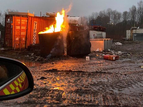 FULLT FYR: Da brannvesenet kom til stedet var det fullt fyr i to tønner som var stappfulle med søppel.