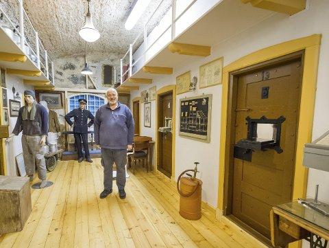 Ferdig: – Det tok ett og et halvt år å få det i stand og nå er fengslet ferdig, forteller Svein Arne Tvedt. Dørene er originale fengselsdører fra Kongsvinger og Gjøvik og ble laget på denne måten fra 1850-tallet og opp mot 1920.