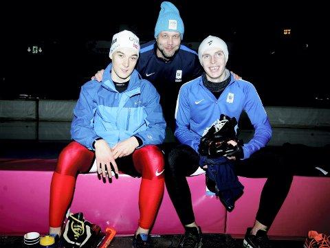 SPENT TRIO: Eskil Ervik (bak) gleder seg til å se hva Isak Høiby (t.v.) og Hallgeir Engebråten kan gjøre når skøytesesongen starter for fullt neste helg.